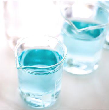 Liquido blu dentro contenitori vetro laboratorio | Daflon® 500