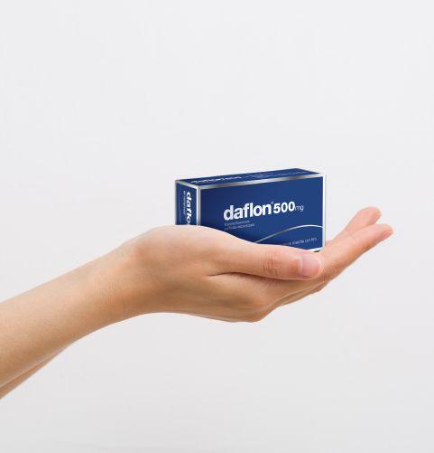 Mano che tiene una confezione di Daflon® 500 nel palmo