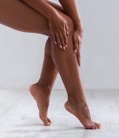 Donna che si massaggia le gambe e le ginocchia | Daflon® 500