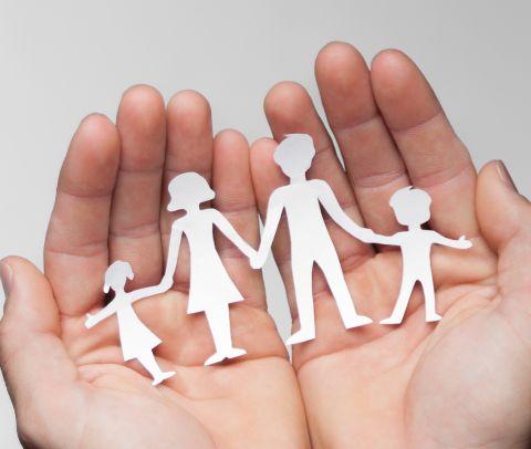 Mani che tengono silhouette ritagliate di bambina, donna, uomo, bambino | Daflon® 500