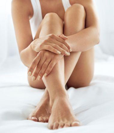 Donna che si tiene le ginocchia tra le mani | Daflon® 500