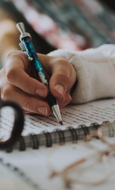 Mano che scrive su quaderno | Daflon® 500