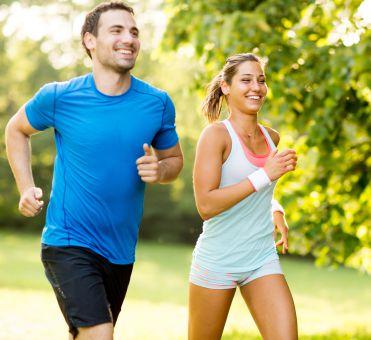 Un uomo e una donna mentre corrono in un parco | Daflon® 500