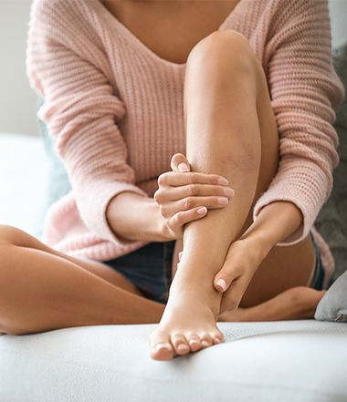 Donna che si massaggia le gambe e le caviglie | Daflon® 500